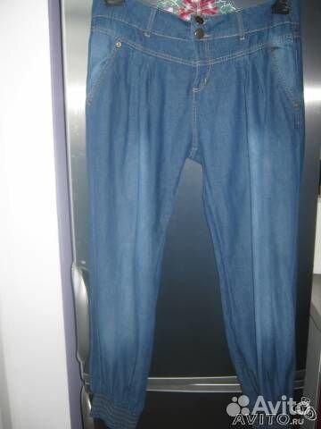Стильные джинсы (брюки) внизу на