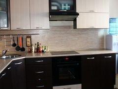 какой сделать фартук для белой кухни с черной столешницей фото